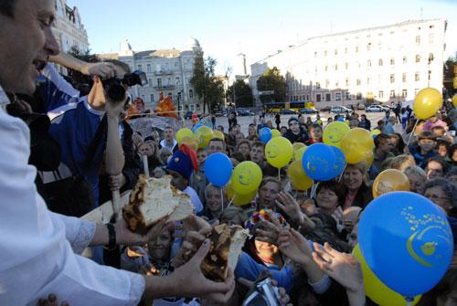Каравай-рекордсмен по кусочкам раздали на съедение собравшимся на площади. Фото: Владимир Бородин/Великая Эпоха