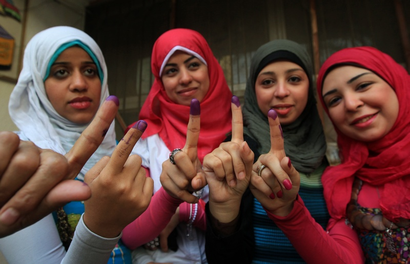 Египетские женщины показывают свои испачканные чернилами пальцы после голосования на избирательном участке в Каире 24 мая 2012 года. Фото: MAHMUD HAMS/AFP/GettyImages