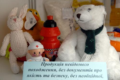 Вредные детские игрушки на полках выставки фальсификатов. Фото: Владимир Бородин/Великая Эпоха