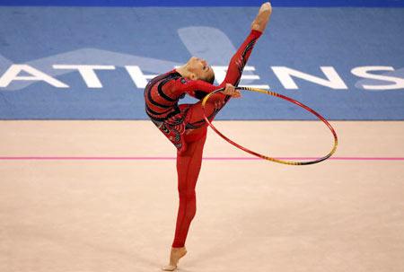 Упражнения с обручем во время  Олимпийских  Игр в Афинах (Греция)  в 2004 г. Фото: ODD ANDERSEN/AFP/Getty Images