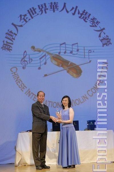 Член журі конкурсу Чен Жутан вручає приз за 3-е місце конкурсантці № 21 Чен Цзяхуей. Фото: Даї Бін/The Epoch Times