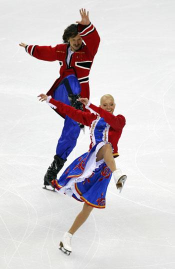 Оксана Домнина и Максим Шабалин (Россия)  исполняют оригинальный танец. Фото: DAMIEN MEYER/AFP/Getty Images