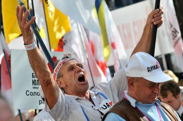 Мітинг проти арешту Юлії Тимошенко проходить 8 серпня в Києві на вулиці Хрещатик біля будівлі Печерського районного суду. Фото: Володимир Бородін/The epoch Times Україна