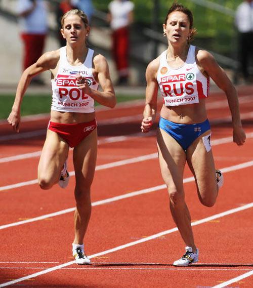 Мюнхен. Німеччина. Полячка Sylwia Ejdys (зліва) і росіянка Yuliya Fomenko (справа) змагаються під час забігу на 1500 метрів на Кубку Європи-2007 по легкій атлетиці. Фото: Alexander Hassenstein/Bongarts/Getty Images