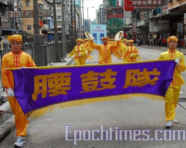 15 червня. Гонконг. Хід на підтримку 38 млн чоловік, що вийшли з КПК. Колона китайських барабанщиків. Фото: Лі Чжунюань/Тhe Epoch Times