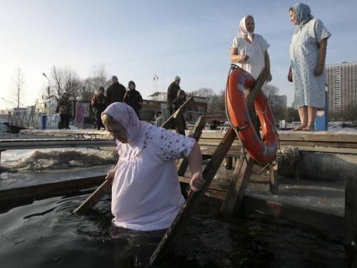 У Росії 19 січня православні віруючі відсвяткували Водохрестя традиційним купанням. Фото: MICHAEL ECKELS/AFP/Getty Images