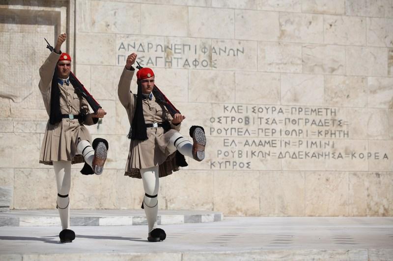 Афины, Греция, 11 июня. Смена почётного караула возле здания парламента. Греция готовится к новым парламентским выборам с целью формирования коалиционного правительства. Фото: Oli Scarff/Getty Images