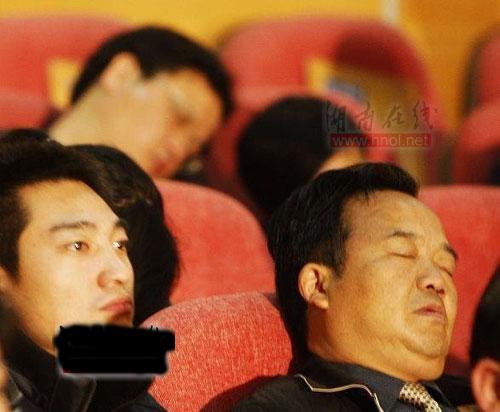 Спящие госслужащие на партийном собрании, посвящённом 30-летию реформ в Китае. Фото с epochtimes.com