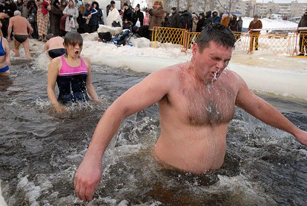 Занурення в ополонку 19 січня стало однією з водохресних традицій. Фото: Володимир Бородін/The Epoch Times