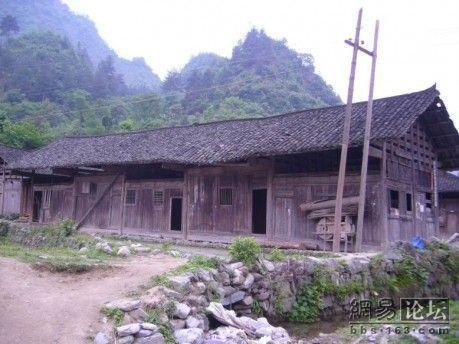 Будівля школи в селі Мінсі провінції Хунань. Фото з secretchina.com