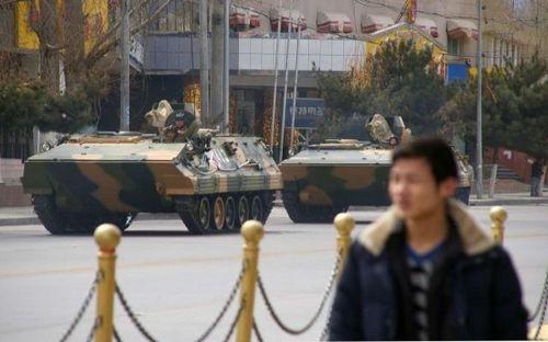 15марта. После подавления мирного протеста монахов, военные бронемашины патрулируют улицы столицы Тибета. Фото: AFP