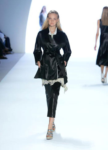 Коллекция сезона весна-2008 от Anne Klein на Неделе моды Mercedes-Benz Fashion Week в Нью-Йорке. Фото: Mark Mainz/Getty Images for IMG