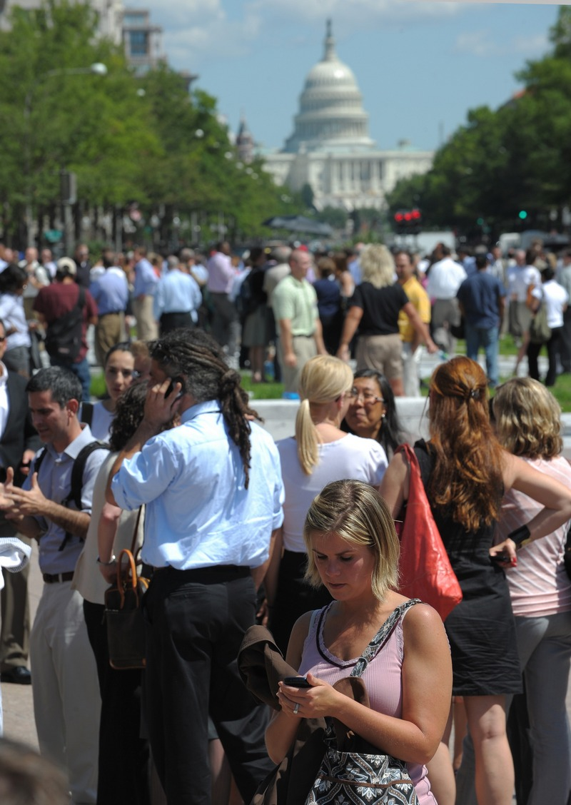 Евакуйовані люди очікують закінчення землетрусу на площі біля будівлі Федерального суду в Нью-Йорку 23 серпня 2011. Фото: Nicholas Kamm / Getty Images