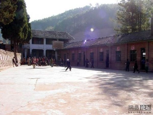 Бідні райони провінції Сичуань. Будівля початкової школи. Фото: aboluowang.com