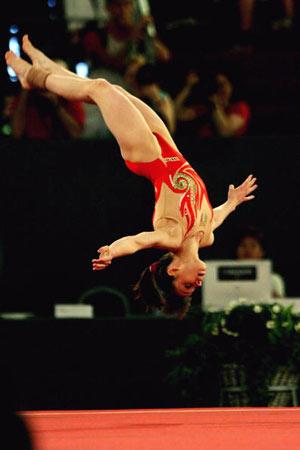 Амстердам, НІДЕРЛАНДИ: Італійка Vanessa Ferrrari виступає під час чемпіонату із спортивної гімнастики. Фото ARIS MESSINIS/AFP/Getty Images