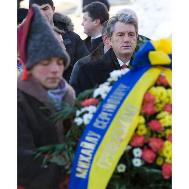 """На переконання Ющенка, """"Акт Злуки – велике послання для нас, нинішніх українців, і для наших нащадків. Тільки коли ми єдині в своїх помислах, цілях і зусиллях, ми можемо мати успіх. Тільки коли нас об`єднує спільний національний дух, Україна має майбутнє"""""""