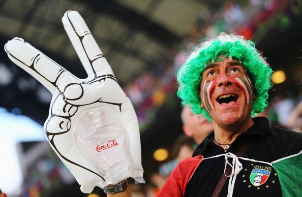 Итальянский болельщик поддерживает атмосферу матча между Италией и Ирландией 18 июня 2012 года в Познани, Польша. Фото: Christof Koepsel/Getty Images