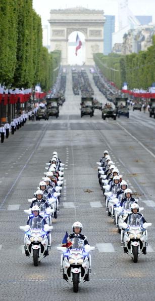 У день щорічного святкування Дня взяття Бастилії президент Франції Ніколя Саркозі показав почесним іноземним гостям і військовим чиновникам, а також жителям країни і туристам бойову міць Франції на площі Згоди 14 липня 2011. Фото: Getty Images