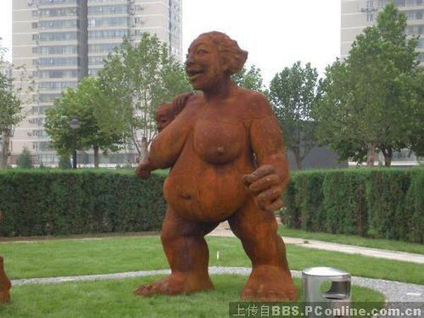 Местные жители призывают пекинские власти поскорее убрать эти статуи и не позориться перед иностранными гостями. Фото с secretchina.com