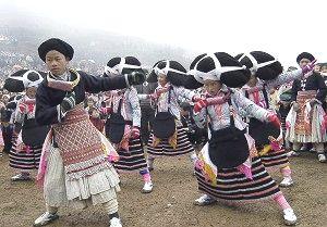 Молодые люди народности Лондзя Мяо в национальных костюмах танцуют на ежегодном фестивале 'Весенний цветок' в горах деревни Суодзя юго-западной провинции Китая Гуйчжоу. Фото: STR/AFP/Getty Images