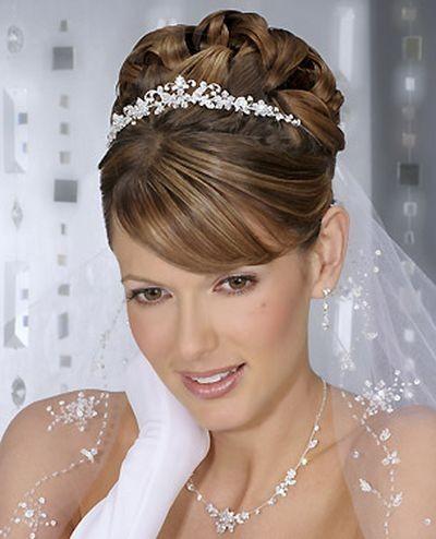 Прикраса для наречених: корона і фата - улюблене поєднання. Фото з efu.com.cn