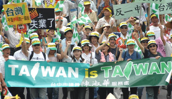 Тайваньцы выражают протест против политики президента на сближение острова с коммунистическим Китаем. Фото: PATRICK LIN/AFP/Getty Images