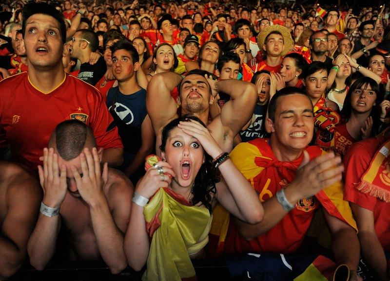 Мадрид, Испания, 27 июня. Полуфинал Евро-2012. Испанские фанаты смотрят матч полуфинала между командами Испании и Португалии. Фото: Denis Doyle/Getty Images