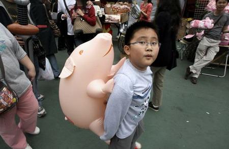 Гонгконг: розовый воздушный шар и мальчик. Фото: Mike Clarke/AFP