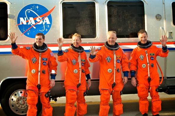 Перед началом предполетной проверки. Астронавты шаттла возле автобуса обслуживания Astrovan. Фото: Roberto Gonzalez/Getty Images