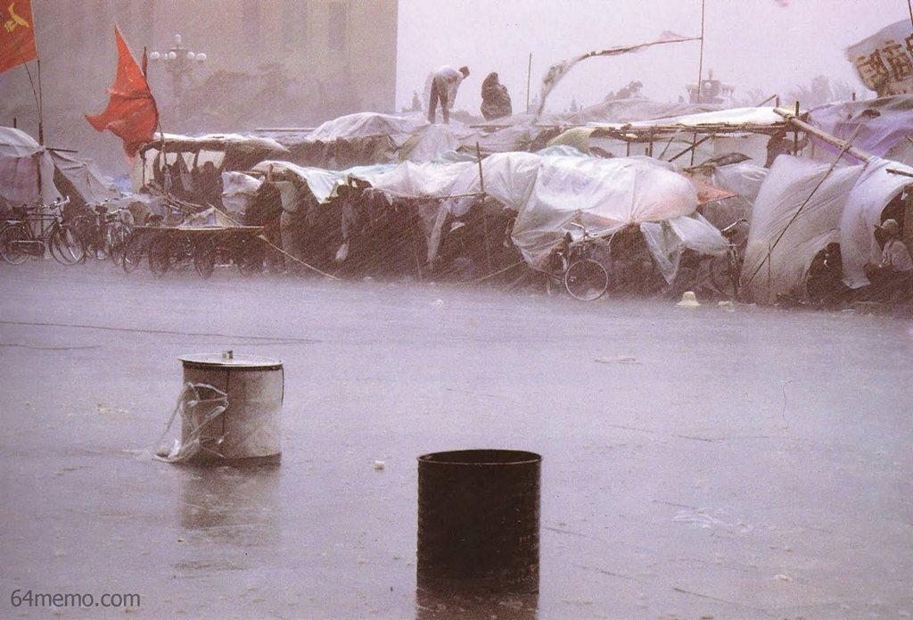 23 мая 1989 г. Начался сильный дождь и ветер, но это не ослабило боевой дух студентов. Фото: 64memo.com
