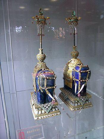Украшение из голубого агата, инкрустированное золотом и драгоценными камнями. Фото с secretchina.com