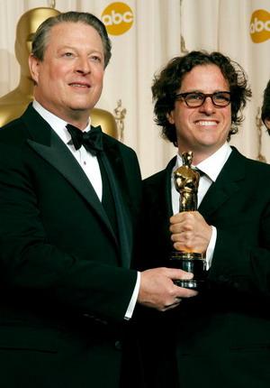 Кращим документальним фільмом названа 'Гірка правда'. На фото: Аль Гір і режисер Девіс Гуггенхайм (Al Gore and Davis Guggenheim). Фото: Vince Bucci/Getty Images