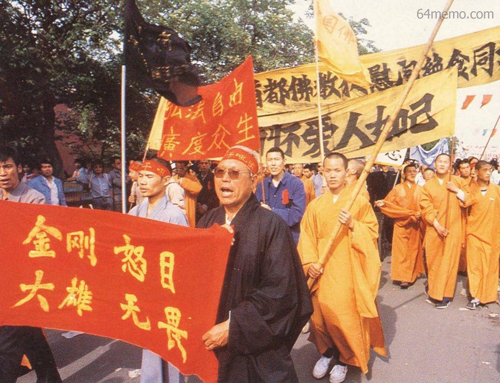 17 мая 1989 г. Монахи поддерживают акцию голодовки студентов. Фото: 64memo.com
