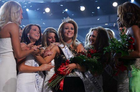 Лоурен Нельсон принимает поздравления участниц конкурса. Судя по фото все довольны ее победой. Фото: Ethan Miller/Getty Images