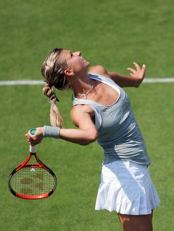 Росіянка Марія Кириленко (Maria Kirilenko) грає проти австралійки Сибіль Баммер (Sybille Bammer) у ході жіночого турніру International Women's Open. Фото: Julian Finney/Getty Images