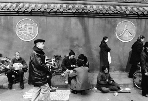 Люди на улице. Город Ченду провинция Сычуань. Фото: Ji Hong