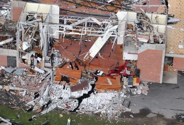 Спочатку гроза, а потім руйнівне торнадо забрало життя восьми чоловік, зокрема маленької дитини, і зрівняли із землею десятки будинків. Більше 50-ти чоловік здобули травми. Паркерсбург, Айова. Фото: Steve Pope/Getty Images