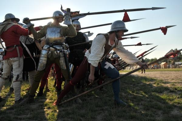 Реконструкторы демонстрируют боевую тактику построения рыцарей 15 столетия на историческом фестивале в Парке Киевская Русь 18 июня 2011 года. Фото: Владимир Бородин/The Epoch Times Украина