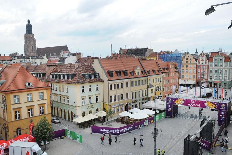Фан-зона болельщиков Евро-2012 на Рыночной площади Вроцлава. Фото: DANIEL MIHAILESCU/AFP/Getty Images