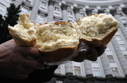 Разломаный хлеб на митинге хлебопекарских профсоюзов в Киеве возле Кабмина во вторник 11 декабря. Фото: Владимир Бородин/Великая Эпоха