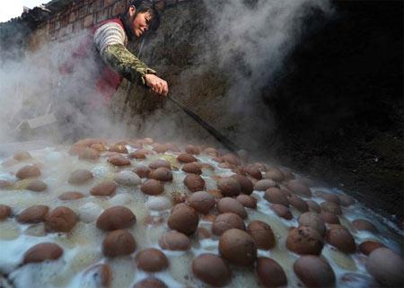 Яйца варятся в урине сутки. Фото с kanzhongguo.com