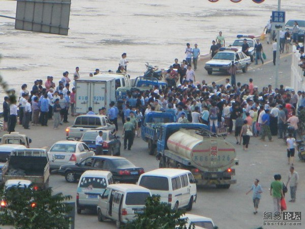 Мешканці острова Лянь провінції Цзянсу перекрили греблю, яка є єдиним проїздом на острів, висловлюючи протест проти корупції чиновників. 30 червня 2009 р. Фото з epochtimes.com