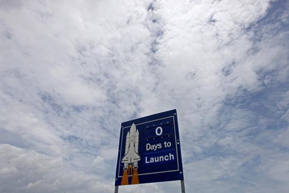 На табло біля дороги в Космічний центр ім. Кеннеді відображено кількість діб, що лишились до старта. Фото: Chip Somodevilla/Getty Images