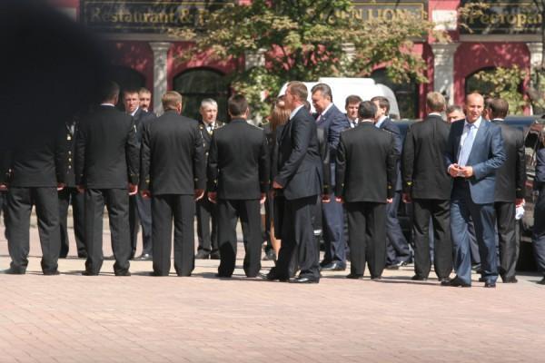 Площадь перед драмтеатром окружили живой милицейской цепью. Фото: novosti.dn.ua