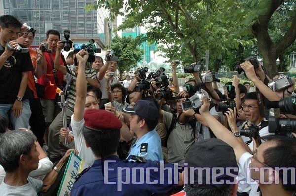 Поліцейські Макао намагаються згасити Факел на захист прав людини. Фото: Ан Чі/The Epoch Times