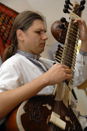 Олексій Кабанов грає українсько-індійські мотиви на ситарі. Фото: Володимир Бородін/Велика Епоха