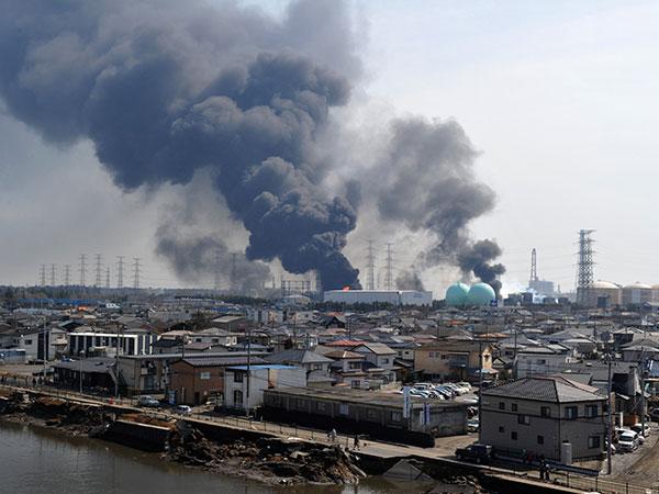 Дым от пожаров бушующих в порту в Tagajo, префектуры Мияги 13 марта 2011. (KIM JAE-HWAN/AFP/Getty Images)