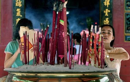Индонезия, г. Джакарта: верующие, которые молятся за безопасный год. Фото: Adek Berry/AFP