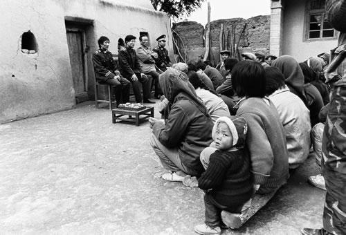 Местные чиновники проводят обучение крестьян законам. В качестве рабочего пайка крестьяне принесли им картошку. Провинция Нинся. 1993 год. Фото: Tian Guobin