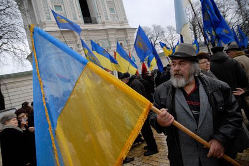 Чоловік тримає прапор Україні на Софіївській площі. Фото: Володимир Бородін/Велика Епоха.